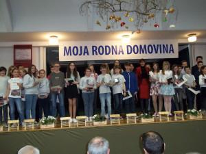 Nagrajenci literarnega natečaja Moja rodna domovina z ministrico za obrambo RS Andrejo Katič