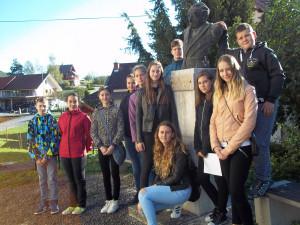 Ob Župančičevem kipu pred hišo na Vinici
